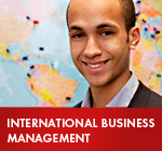 »International Business Management«: Studierender der EBC Hochschule vor Weltkarte